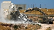 Israelische Sicherheitskräfte zerstören am Montag ein palästinensisches Wohnhaus.