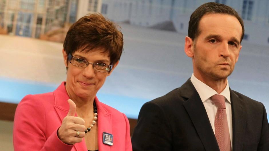 Begeisterung bei der CDU, verhaltene Reaktionen bei der SPD: Annegret Kramp-Karrenbauer und Heiko Maas beantworten Fragen von Journalisten