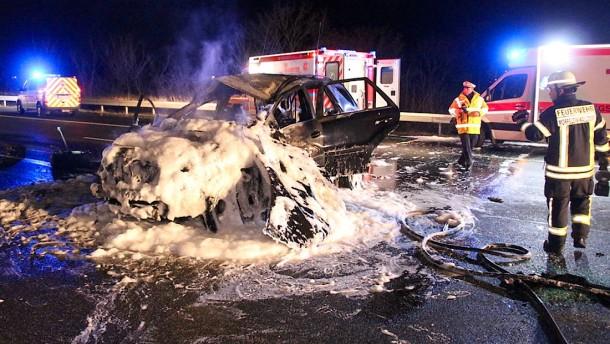 Eine Polizisten retten Familie auf A5 aus brennendem Auto