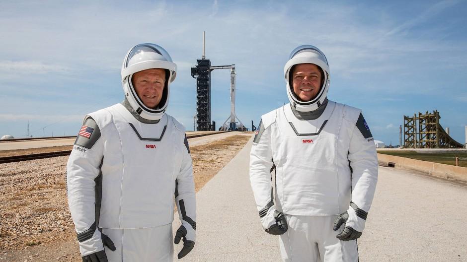 Die Astronauten Douglas Hurley (links) und Robert Behnken vor der Abschussrampe der Space-X-Rakete in Florida.