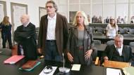 Als Fernsehspielchefin hatte Doris Heinze einst viel Macht, jetzt muss sie sich gemeinsam mit ihrem Mann Claus Strobel (Mitte) dem Urteil eines Richters beugen.