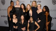 Zeichen setzen: Rosa Clemente, Natalie Portman, Michelle Williams, America Ferrera, Jessica Chastain, Amy Poehler, Meryl Streep, Ai-jen Poo und Saru Jayaraman (von links) bei den Golden Globes.