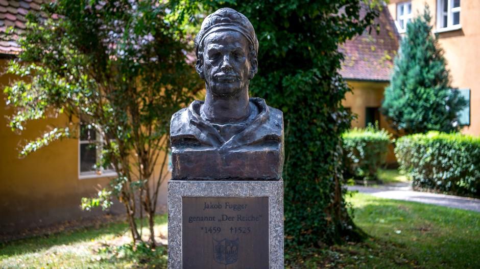"""Eine Büste steht zum Gedenken an Jakob """"Der Reiche"""" Fugger in der Fuggerei in Augsburg."""