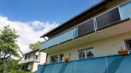 Anstatt Geranien: Über diese Solarpaneele an einem Balkon in Bad Nauheim wird fortan Strom gewonnen – und der heimische Kühlschrank betrieben.
