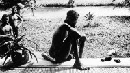 Die Missionarin Alice Seeley Harris schoss 1904 das Foto des Kongolesen Nsala Wala. Vor ihm liegen eine abgeschlagene Hand und ein Fuß seiner Tochter.