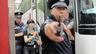 Rauhere Zeiten: Polizisten in Shanghai führen eine Demonstrantin ab
