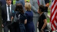 Hillary Clinton auf dem Weg von der Gedenkfeier am Ground Zero in die Wohnung ihrer Tochter in New York