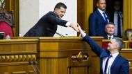 29.08.2019, Ukraine, Kiew: Wadym Prystajko (r), Außenminister der Ukraine, und Wolodymyr Selenskyj, Präsident der Ukraine, geben sich bei einer Parlamentssitzung die Hand.