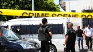 Polizisten in der Nähe der französischen Botschaft, wo sich der erste Anschlag ereignete.