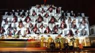Teil einer Tourismus-Veranstaltung in Luzern: Die Fassade eines Grand-Hotels wird mit verschiedenen Symbolen angestrahlt.