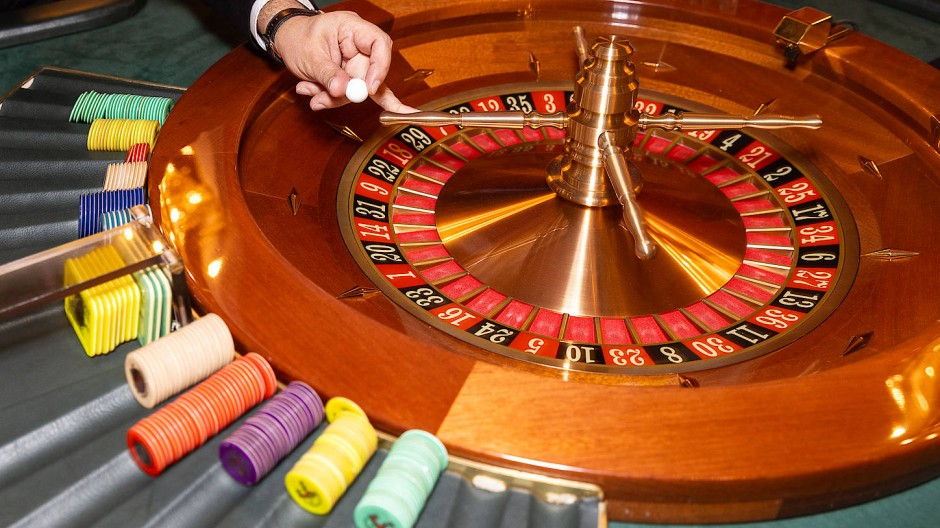 Auf ein Neues: Ein Croupier nimmt die Kugel aus dem Roulettekessel.