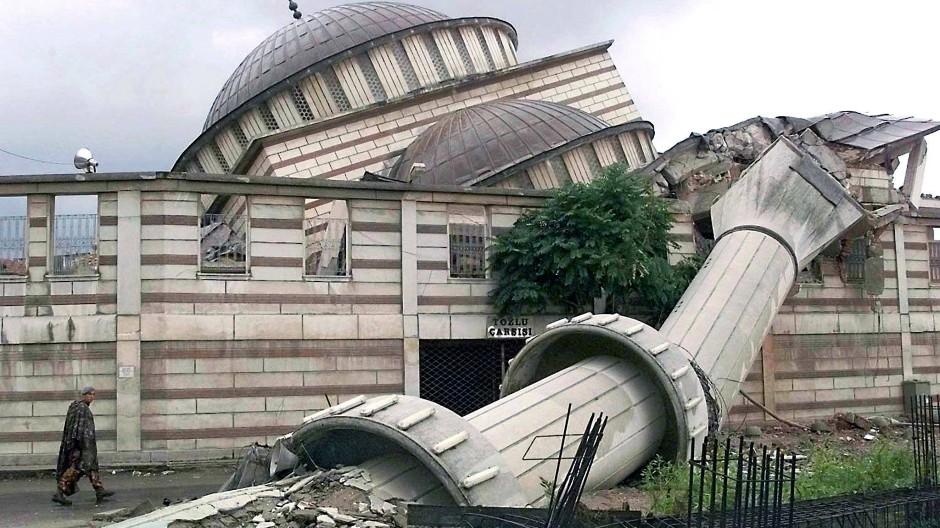 Abbild der Zerstörung: Bei einem schweren Erdbeben vor 20 Jahren sind dutzende Häuser in der Türkei eingestürzt.