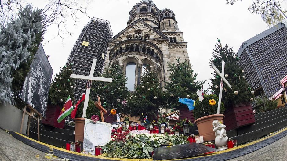 Die provisorische Gedenkstätte für die Opfer des Terroranschlages auf dem Breitscheidplatz in Berlin.