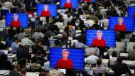 Journalisten verfolgen die erste TV-Debatte im Pressezentrum