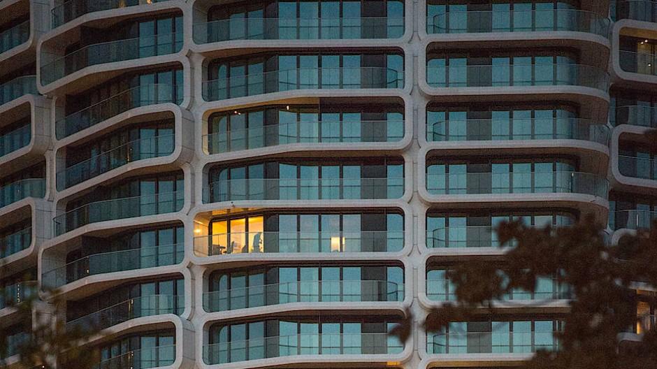 """Im neuen """"Grand Tower"""" im Europaviertel brennt nur in wenigen Wohnungen das Licht."""