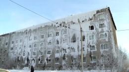 Familien verharren in zugefrorenem Wohnblock
