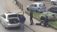 Diese Aufnahme aus einem Video zeigt die Festnahme eines Terrorverdächtigen in Brüssel.