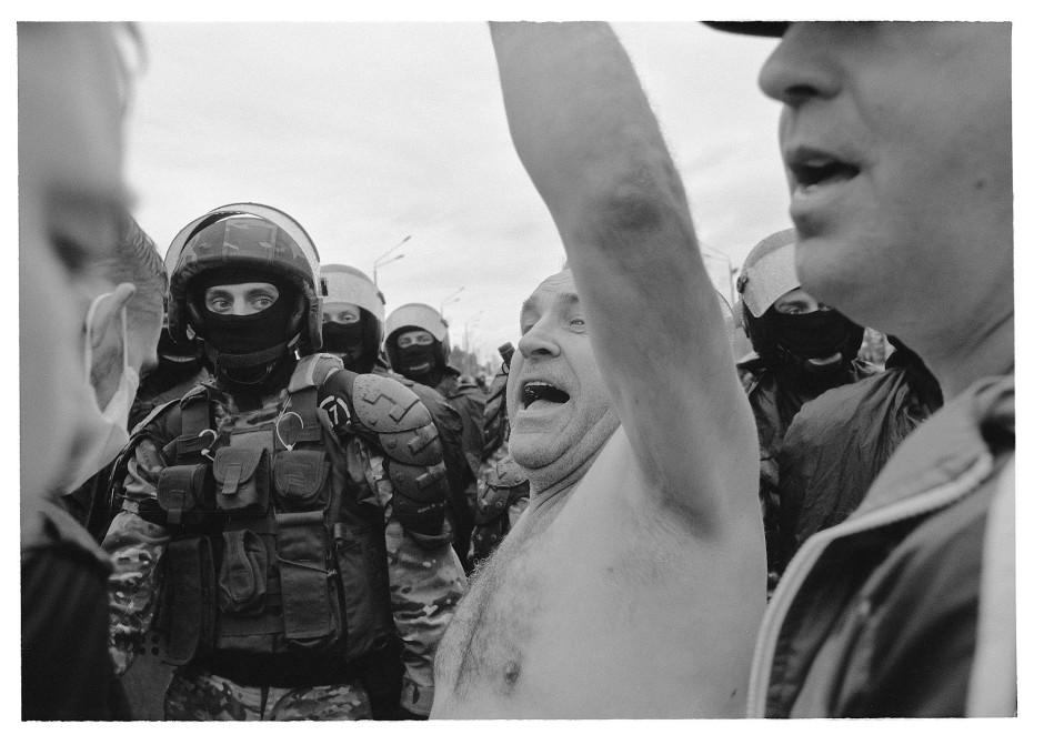 Offenheit als Skandalon: der Polizist scheint den jovialen Demonstranten fast zu fürchten.
