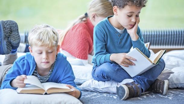 Wie man Kinder für Bücher interessiert