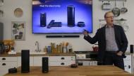 Ein Amazon-Manager stellt die Alexa-Produktpalette vor.