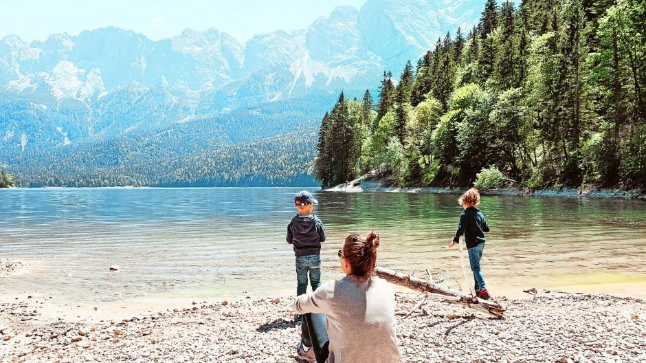 """Ausflug am Wochenende: Carina Baldauf  von """"The Urban Kids"""" mit ihren beiden Kindern am bayerischen Eibsee"""