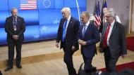 Donald Trump mit Donald Tusk und Jean-Claude Juncker in Brüssel