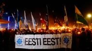Anhänger ziehen im Februar bei einem von der rechtsradikalen Ekre-Partei organisierten Fackelmarsch durch Tallinn.