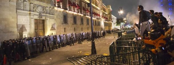 Demonstranten vor dem Palacio Nacional, dem Regierungssitz in Mexiko-Stadt