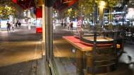 Hochgestellte Stühle im Fenster eines Berliner Restaurants: Der seit Anfang November geltende Teil-Lockdown wird voraussichtlich verlängert.