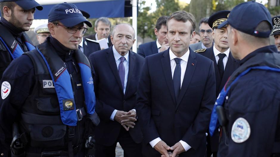 Frankreichs Innenminister Gerard Collomb (zweiter von links) und Präsident Emmanuel Macron bei einem Treffen mit Polizisten in Lyon