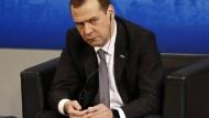 """Sieht sein Land in einem """"neuen Kalten Krieg"""": Russlands Ministerpräsident Dmitrij Medwedjew"""