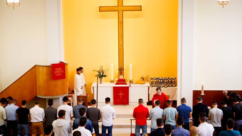"""""""Den Weg zu ihrem Retter Jesus Christus"""": Taufe von 24 muslimischen Flüchtlingen in der Dreieinigkeitskirche"""