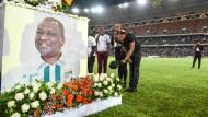 Ehrung im Fußballstadion für den verstorbenen Ministerpräsidenten Bakayoko