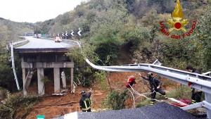 Menschen sterben, Brücke stürzt ein
