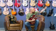 Saitenweise: Ein Mitarbeiter eines Instrumentenherstellers stimmt auf der Frankfurter Musikmesse einen Bass.
