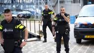 Niederländische Polizei in der Nähe des Rotterdamer Clubs Maassilo