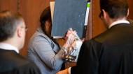 Stephanie P. im Sitzungssaal des Landgerichts Nürnberg. Sie und ihr Mann sollen 2017 geplant haben seine Eltern umzubringen.