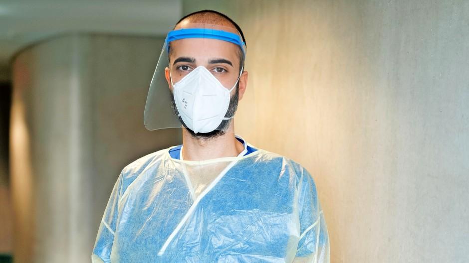 """""""Wir sind gut vorbereitet"""": Cihan Çelik, auf der Corona-Isolierstation im Klinikum Darmstadt."""