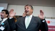 Reagiert mitunter emotionale - ganz im Gegensatz zur Kanzlerin: der SPD-Vorsitzende Sigmar Gabriel, hier Ende August beim Empfang von ehrenamtlichen Flüchtlingshelfern in Berlin