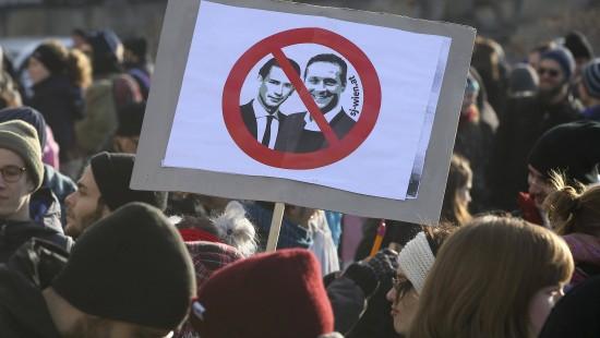 Tausende demonstrieren gegen neue Regierung