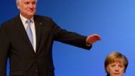 Unter bayerischem Schutzschirm: Bundeskanzlerin Angela Merkel und der CSU-Vorsitzende Horst Seehofer auf dem Parteitag in Hannover