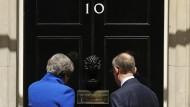Wie geht es weiter? Theresa May und ihr Ehemann Philip betreten am Freitag den britischen Regierungssitz.