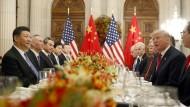 Der amerikanische Präsident Donald Trump (l) mit Chinas Staatschef Xi Jinping im Dezember 2018 auf dem G20-Gipfel in Buenos Aires