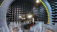 Ein PKW der Marke Mercedes-Benz steht in einem schalltoten Raum.