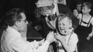 Den Diphterie-Scharlach-Impfstoff, den dieser Bub erhielt, gibt es nicht mehr. Heute werden andere Impfungen empfohlen.
