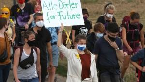 Aktivisten besetzen Braunkohle-Bagger