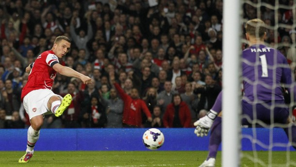 Podolskis Flanke rettet Arsenal gegen ManCity