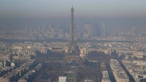 Eine gräuliche Dunstglocke umhüllt den Eiffelturm