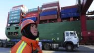 Hafen in der chinesischen Stadt Qingdao: Immer weniger Waren gehen nach Übersee.