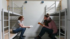 Studenten leben einen Tag in der Erstaufnahme